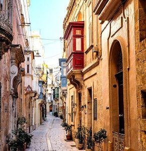 Valettas enge, mittelalterliche Gassen und die typisch maltesischen Erker-Fenster