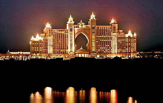 Die imposante Erscheinung des Atlantis The Palm in Dubai bei Nacht