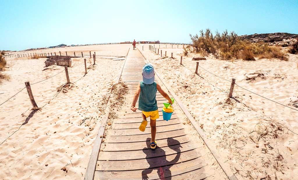 Ein Hotel direkt am Strand bietet jede Menge Abwechslung für die Kleinen.