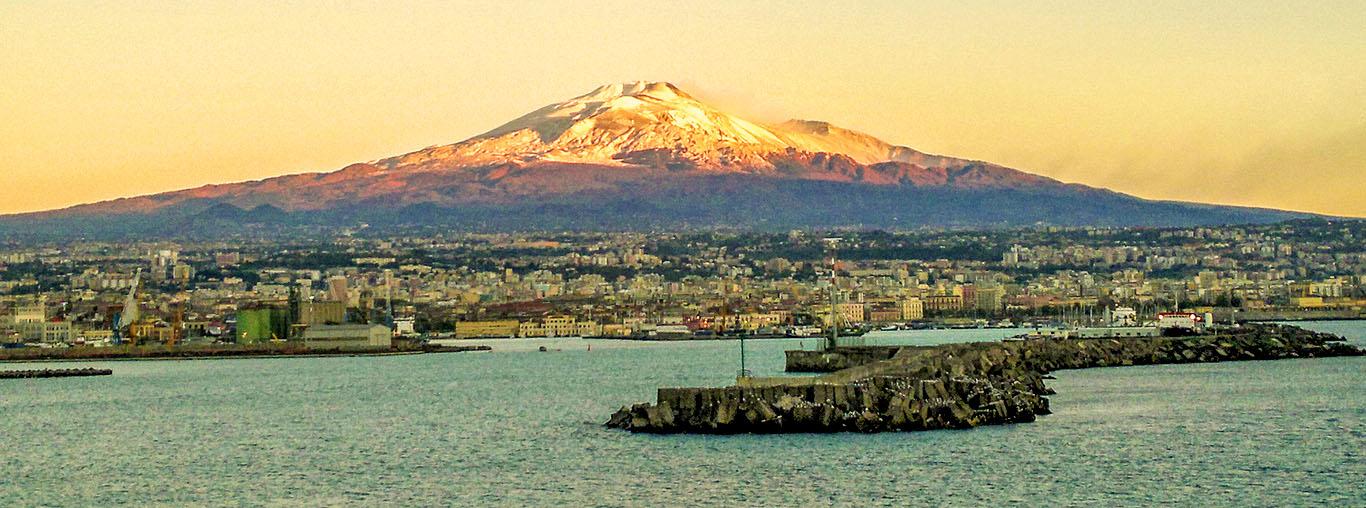 Der Ätna trohnt über dem Hafen von Catania .