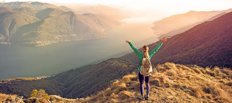 Junge Frau nach erfolgreicher Gipfelbesteigung